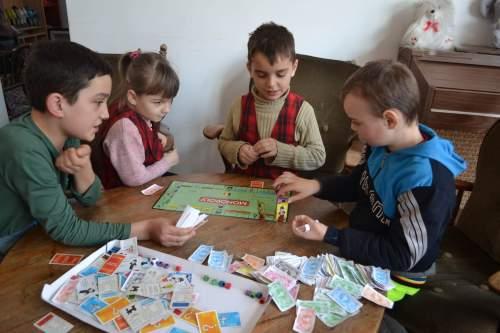 175 de copii au primit, din 2011 până acum, suport educațional, social și material în Centrul de zi Hercules din Costești